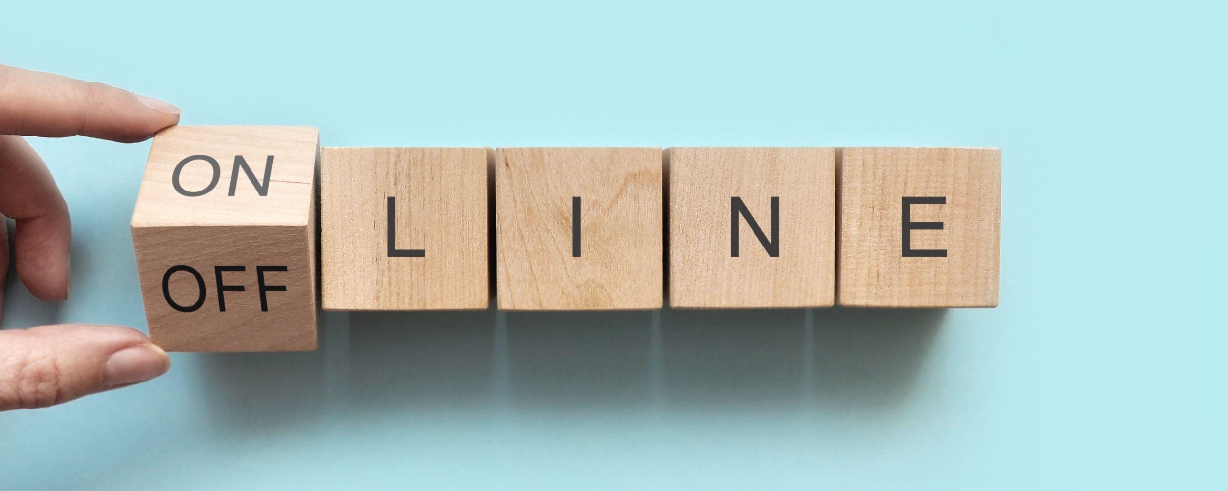 Online to Offline präsentiert mit Holzwürfeln bei denen man das Präfix des Wortes verändern kann